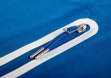 Zipper una giacca blu sportiva o le tasche della maglietta felpata fotografie stock