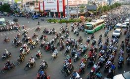 Zirkulation durch Motorrad an Asien-Stadt lizenzfreies stockfoto
