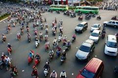 Zirkulation durch Motorrad an Asien-Stadt lizenzfreie stockfotos