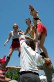 Zirkus-Ausführende bauen menschliche Pyramide auf Stockbild