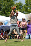 Zirkus-Ausführender umschlingt Feuerkugeln am Festival Lizenzfreies Stockbild