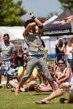 Zirkus-Ausführender wirbelt Seile des Feuers am Festival Lizenzfreie Stockfotografie