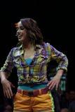 Zirkusausführender demonstriert Tanzbewegungen Stockfoto
