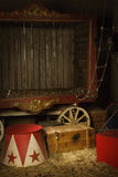 Zirkusbühne hinter dem vorhang lizenzfreie stockbilder