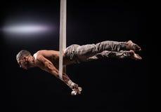 Zirkuskünstler auf dem Luftbügelmann Stockfotografie