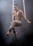 Zirkuskünstler auf dem Luftbügelmann Lizenzfreies Stockbild
