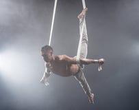 Zirkuskünstler auf dem Luftbügelmann Stockfotos