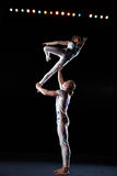 Zirkuskünstler führen verschiedene Tricks durch. Stockfoto