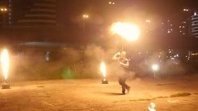 Zirkuskünstler verdreht eine herum enorme Fackel stock video footage