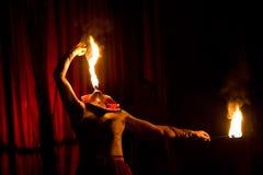 Zirkuskünstler wth Feuer Stockbild