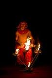 Zirkuskünstler wth Feuer Stockfoto