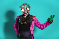 Zirkusschauspieler in der Zombieklage, die auf Studio aufwirft Lizenzfreie Stockfotos