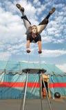 Zirkusseiltänzer mit einer Plastikkarosserie Stockbilder