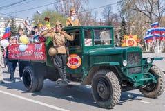 ZIS-5有战士和女孩的卡车游行的 免版税库存图片