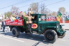 ZIS-5有战士和孩子的卡车游行的 库存照片