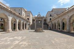Zisterne und Statuen von St. Benedict und von St. Scholastica im Kloster von Bramante, Benediktinerabtei von Montecassino Italien Stockfoto