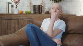 Zit de kanker geduldige vrouw op een bankdagdromen, denkend over het leven stock footage