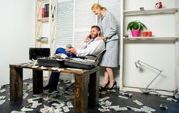 Zit de zakenman rijke gebaarde kerel bureau met partij van contant geldgeld De telefoongesprek van de mensen succesvol zakenman t royalty-vrije stock fotografie