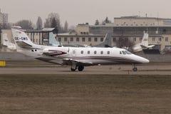 Zitat-Excel-Geschäftsflugzeuge Cessnas 560XLS, die für Start von der Rollbahn sich vorbereiten Stockbild