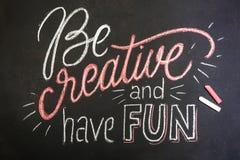 Zitat - seien Sie kreativ und haben Sie Spaß auf der schwarzen Tafel, die durch Farbkreiden handgeschrieben ist lizenzfreie stockbilder