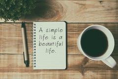 Zitate - ein einfaches Leben ist ein schönes Leben stockfotos