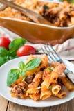 Ziti Bewohner von Bolognese auf weißer Platte, Teigwarenkasserolle mit Hackfleisch, Tomatensauce und Käse, vertikal stockfoto