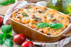 Ziti bolognese στο πιάτο ψησίματος Casserole ζυμαρικών με τον κιμά, τη σάλτσα ντοματών και το τυρί, οριζόντιους Στοκ φωτογραφίες με δικαίωμα ελεύθερης χρήσης