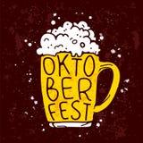 Zitieren Sie Oktoberfest, eingeschrieben in einem Becher Bier vektor abbildung