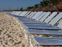 Zitkamer op strand stock afbeeldingen