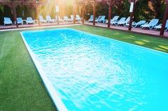 Zitkamerstoelen dichtbij pool Royalty-vrije Stock Afbeeldingen