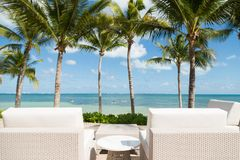Zitkamerstoelen met een mening die een tropisch strand overzien royalty-vrije stock foto