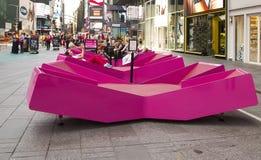 Zitkamerstoelen in Times Square Stock Foto