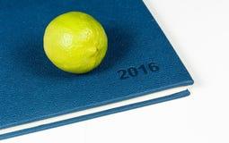 Zitrone auf blauem Tagebuch Lizenzfreie Stockfotos