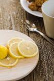 Zitrone auf dem Brett Stockbild