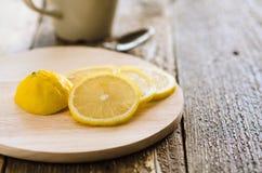Zitrone auf dem Brett Lizenzfreie Stockbilder
