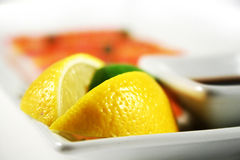 Zitrone auf der Platte Stockfoto