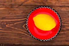 Zitrone auf der roten Untertasse Stockfoto