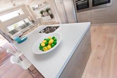 Zitrone auf der weißen Platte in der modernen Küche stockfotografie