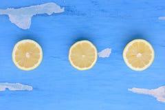 Zitrone auf einem blauen Hintergrund Lizenzfreie Stockfotos
