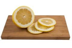 Zitrone auf einem Brett Lizenzfreie Stockfotografie