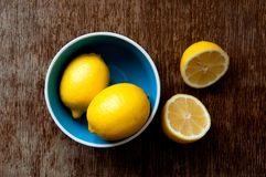 Zitrone auf einem hölzernen Brett Stockbild