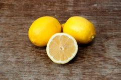 Zitrone auf einem hölzernen Brett Lizenzfreie Stockfotografie
