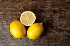 Zitrone auf einem hölzernen Brett Lizenzfreie Stockbilder