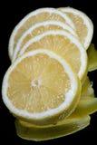 Zitrone auf einem schwarzen Hintergrund Stockfotografie