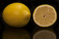 Zitrone auf einem schwarzen Hintergrund mit Reflexion Stockbild