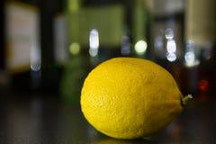 Zitrone auf einem Stangenzähler stockbilder