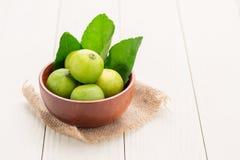 Zitrone auf einer hölzernen Schale Stockbilder