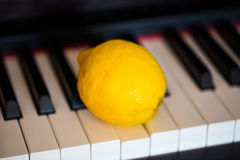 Zitrone auf Klavier Lizenzfreie Stockfotos