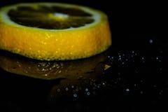 Zitrone auf schwarzem Hintergrund, gelber, schwarzer Hintergrund stockbilder