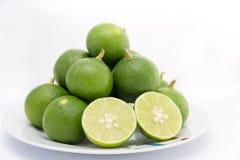 Zitrone auf Teller Lizenzfreies Stockbild